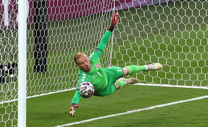 Вратарь сборной Дании Каспер Шмейхель в матче против Англии ЧЕ по футболу