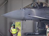 Испанский истребитель Eurofighter Typhoon готовится к взлету на военно-воздушной базе Шяуляй в Литве