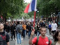 Марш в знак протеста против ужесточения антикоронавирусных мер в Париже
