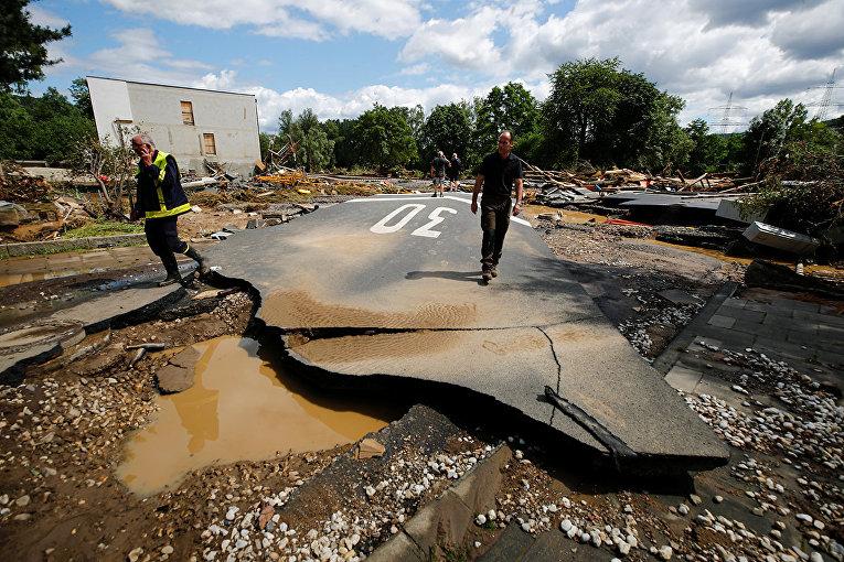Разрушенная дорога в пострадавшей от наводнения местности в Бад-Нойенар-Арвайлере