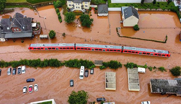 Поезд на затопленной железнодорожной станции города Кордель