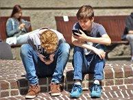 Дети пользуются смартфонами