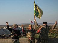 Бойцы курдских Отрядов народной самообороны (YPG) с портретом лидера Рабочей партии Курдистана Абдуллы Оджалана