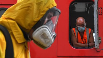 Специалист Центра по проведению спасательных операций особого риска «Лидер» МЧС РФ проводит специальную обработку помещений Казанского вокзала в Москве дезинфицирующим раствором