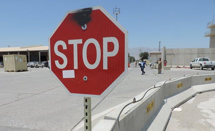 """Знак """"Стоп"""" на въезде на территорию авиабазы Баграм"""