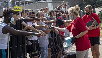 Жители Литвы торгуют с мигрантами в лагере для беженцев