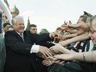 Президент России Борис Ельцин приветствует участников митинга-концерта, который состоялся на Васильевском спуске в честь Дня независимости России. 1996 год