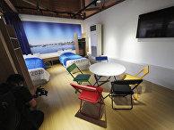Копии мебели для спален Олимпийских деревень в демонстрационном зале в Токио