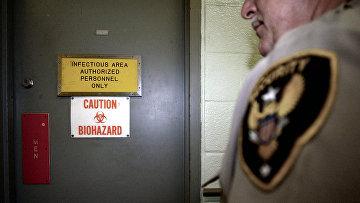 Охранник стоит у входа в лабораторию в медицинском научно-исследовательском институте инфекционных заболеваний Армии США в Форт-Детрике