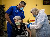 Вакцинация вакциной Pfizer-BioNTech в доме престарелых в Софии, Болгария