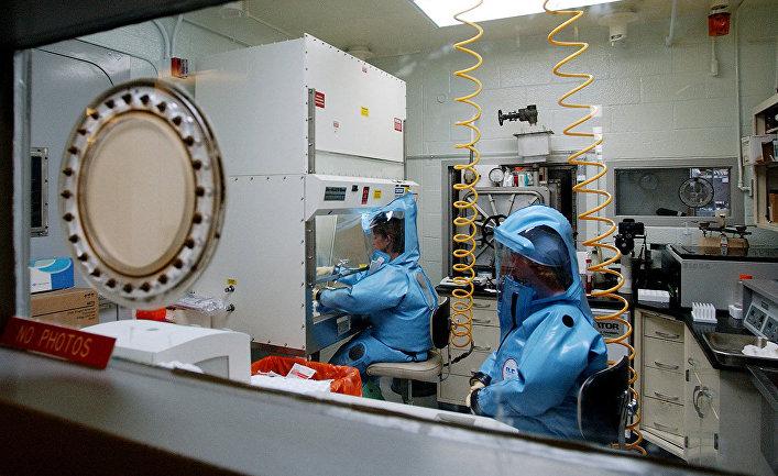 Сотрудники лаборатории в медицинском научно-исследовательском институте инфекционных заболеваний Армии США в Форт-Детрике