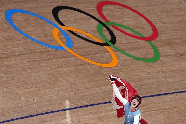 Канадка Келси Митчелл радуется золотой медали