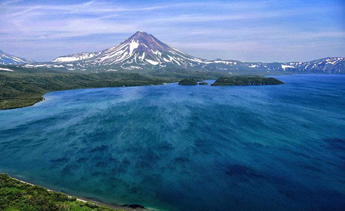 Вид на вулкан Ильинский на берегу Курильского озера
