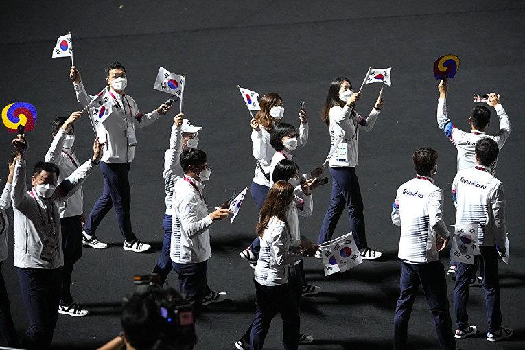 Спортсмены из Южной Кореи во время церемонии закрытия летних Олимпийских игр 2020 года в Токио