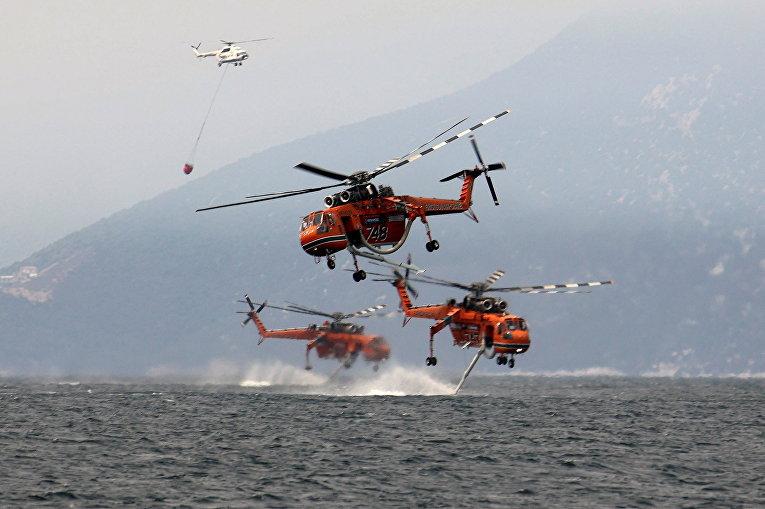 Греция. Пожарные вертолеты набирают воду возле острова Эвия