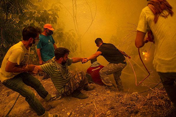 Греция. Жители греческого поселка Гувес, что на втором по величине острове Эвия, борются с лесным пожаром
