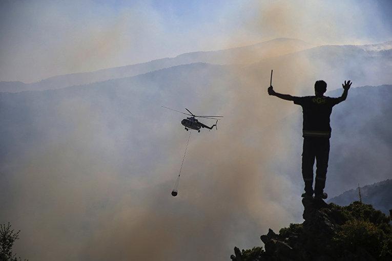 Турция. Вертолет участвует в тушении пожара в Кёйджегизе