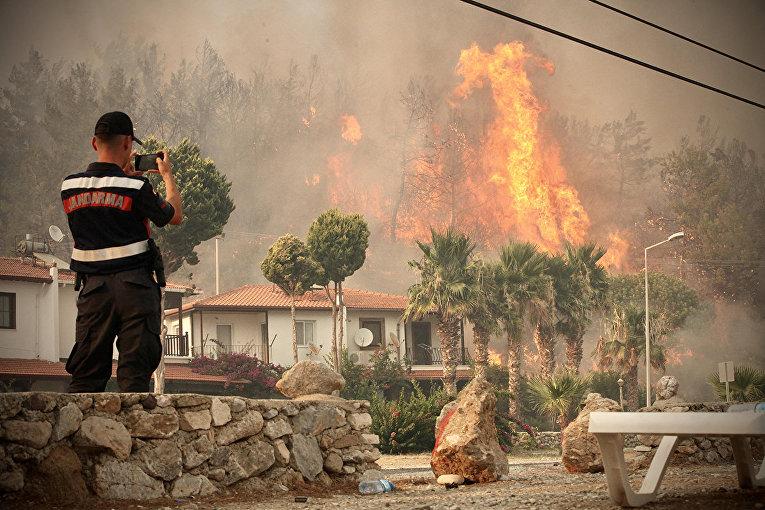 Турция. Пожарный фотографирует распространяющийся огонь в Орене