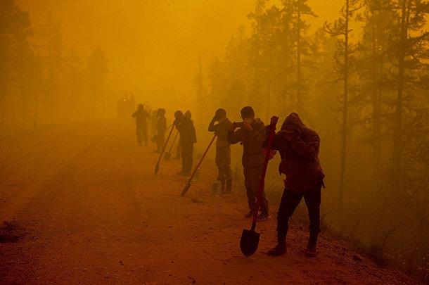 Россия. Добровольцы в районе лесного пожара возле села Кюёрелях