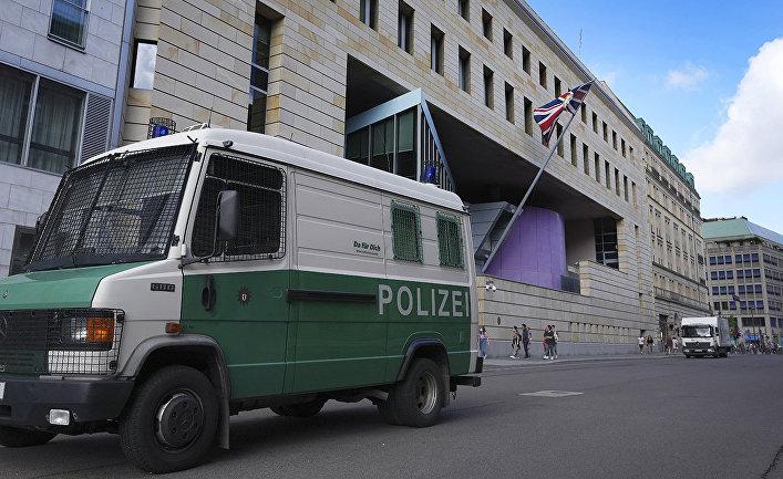 Полицейский автомобиль у здания посольства Великобритании в Берлине, Германия