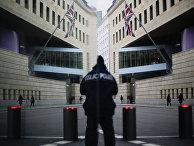 Полицейский у здания посольства Великобритании в Берлине, Германия