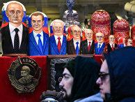 Матрешки с изображениями российских и советских лидеров в сувенирном магазине в Москве