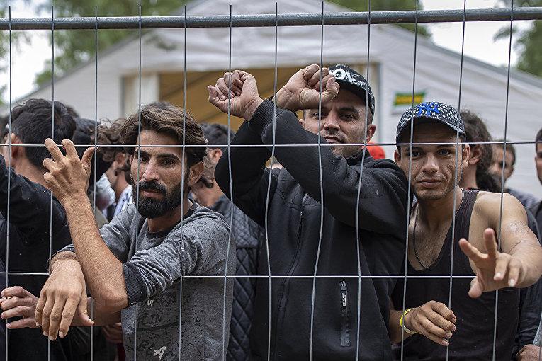 Мигранты в лагере беженцев на военном полигоне Руднинкай, Литва