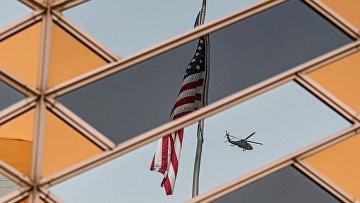 Государственный флаг США у здания посольства США в Кабуле