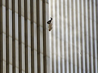 Человек падает с северной башни Всемирного торгового центра в Нью-Йорке