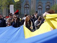 Участники акции протеста перед зданием парламента в Киеве, Украина