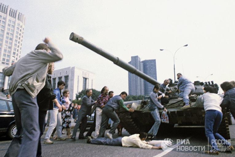 Защитники Белого дома пытаются остановить танк в дни августовского путча