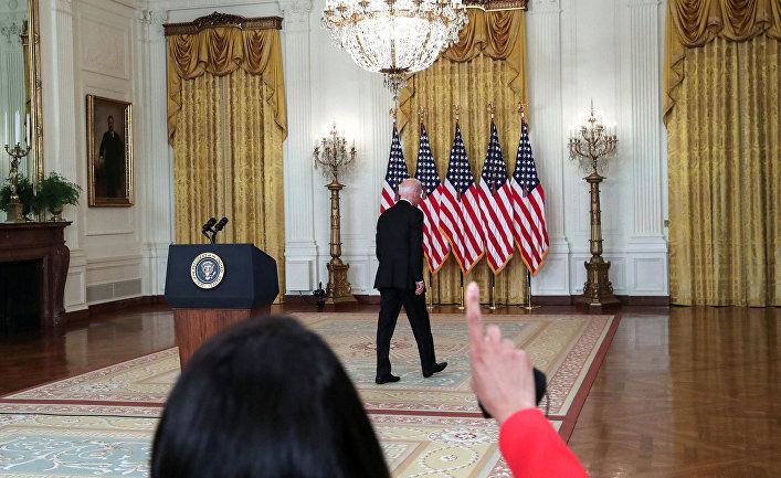 Президент США Джо Байден после выступления о кризисе в Афганистане в Белом доме в Вашингтоне