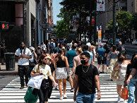 Прохожие на одной из улиц в Нью-Йорке