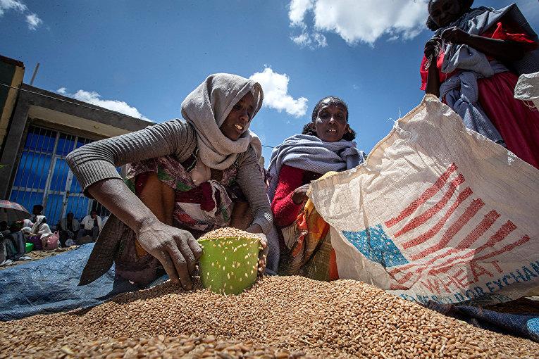 Эфиопцы получают гуманитарную помощь из США