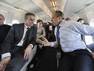 Глава МИД РФ Сергей Лавров и министр иностранных дел Норвегии Йонас Гар Стёре (слева направо) во время перелёта из Кангерлуссуака в Илулиссат, 27 мая 2008 года
