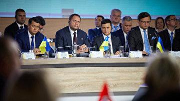 Президент Украины Владимир Зеленский и министр иностранных дел Украины Дмитрий Кулеба на саммите «Крымская платформа» в Киеве