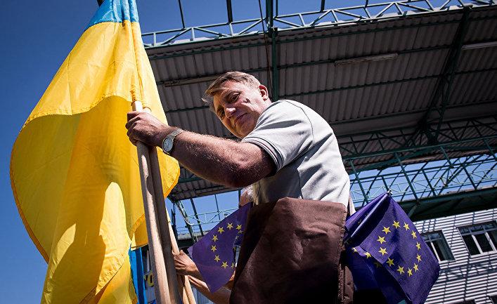 Флаг Украины на границе Украины и Словакии