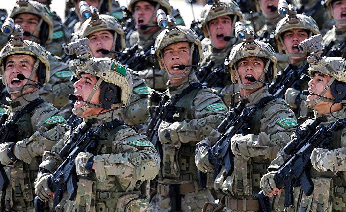 Туркменские военнослужащие на военном параде в Ашхабаде