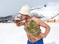 Сноубордист с банным веником и кружкой пива на горнолыжном склоне