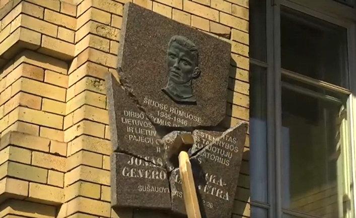 Уничтожение мемориальной таблички Йонасу Норейке в Вильнюсе