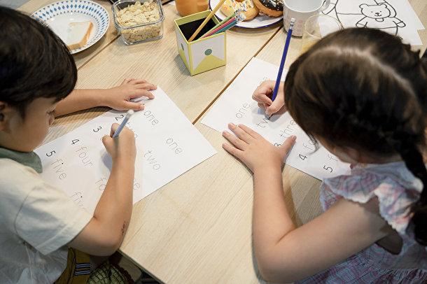 Дети делают уроки