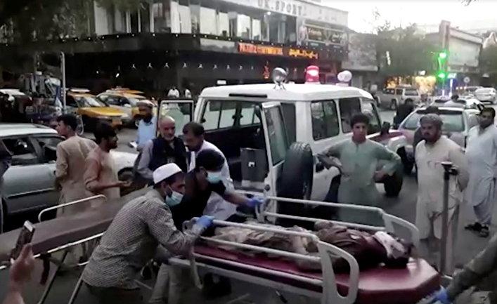 Раненых доставляют в больницу после нападения на аэропорт Кабула