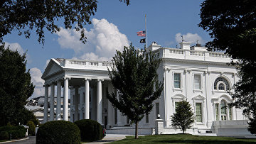Приспущенные флаги над Белым домом в Вашингтоне
