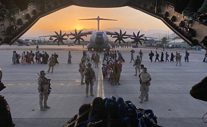 Испанский военный самолет во время эвакуации в международном аэропорту имени Хамида Карзая в Кабуле