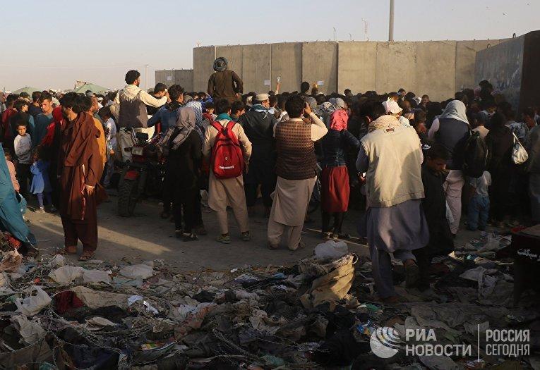 Люди возле пункта эвакуации возле международного аэропорта в Кабуле