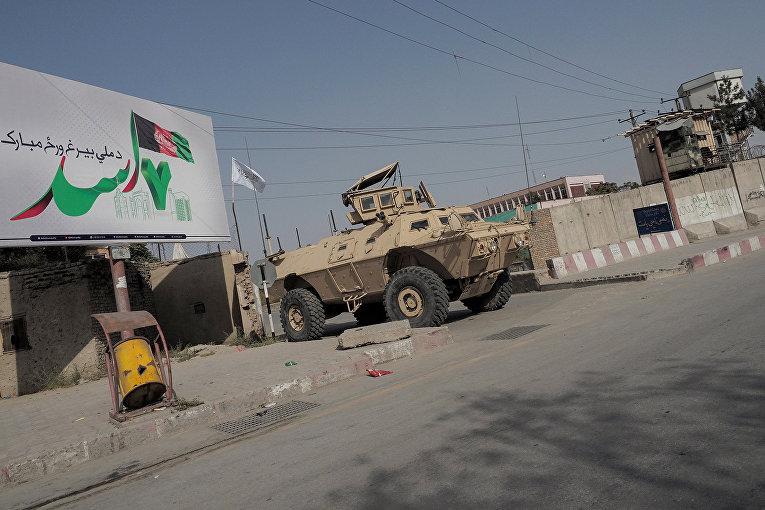 Брошенный американский автомобиль на улице в Кабуле