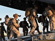 Морские пехотинцы США садятся на американский самолет C-17