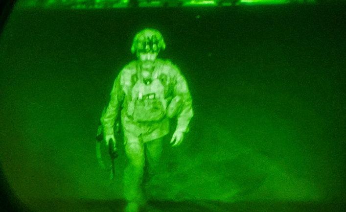 Генерал-майор армии США Крис Донахью поднимается на борт транспортного самолета C-17 в Кабуле