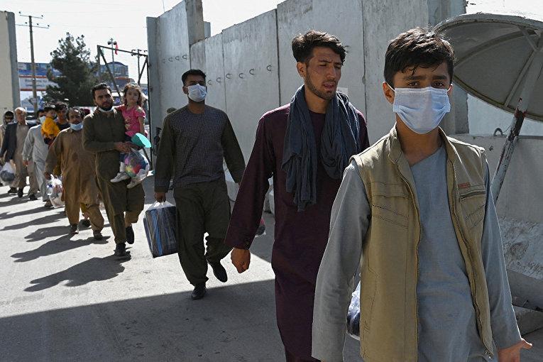 Афганцы, надеющиеся покинуть Афганистан в аэпорорту Кабула