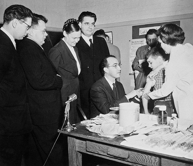 Американский ученый Джонас Солк делает прививку подростку в Питтсбурге